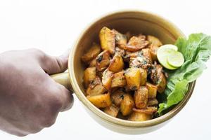 batata harra libanees midden-oosten gekruid gebakken knoflook kruid aardappel snack food foto