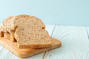 gesneden volkorenbrood foto