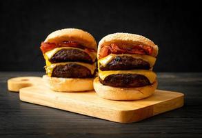 hamburger of runderburgers met kaas en spek foto