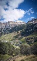 vals dorp alpine vallei landschap en huizen in centrale alpen zwitserland foto