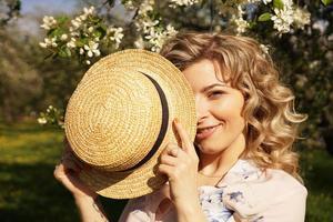vrouw bedekte het halve gezicht met een strohoed foto
