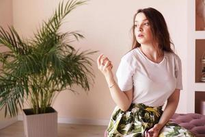 mooie jonge vrouw met fles parfum thuis - kleedkamer foto