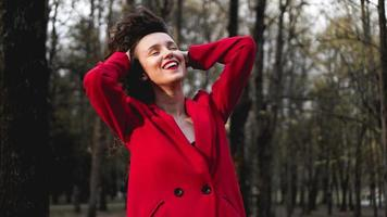 glamoureuze vrouw met rode outfit en bijpassende rode lipgloss. foto