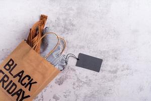 tas met met zwarte vrijdag-tekst, blanco prijskaartje bovenaanzicht plat gelegd foto