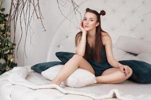 meisje in een peignoir. mooie sexy dame op het bed in haar slaapkamer foto