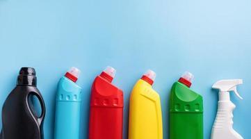 verscheidenheid aan schoonmaakbenodigdheden voor huisreiniging bovenaanzicht op blauw foto
