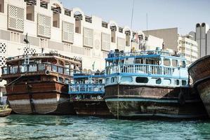 traditionele oude Arabische houten dhow-boten in deira-haven van de haven van Dubai foto