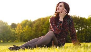 aantrekkelijke jonge vrouw geniet van haar tijd buiten in het park foto