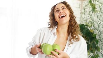 senior vrouw met appels. eetpatroon. gezonde levensstijl. foto