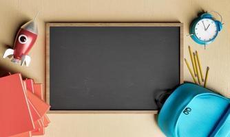 leeg krijtbord met schoolspullen in de buurt foto