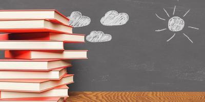 stapel boeken met beschilderd schoolbord erachter foto