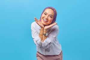 portret van mooie jonge aziatische vrouw met handen op wangen foto
