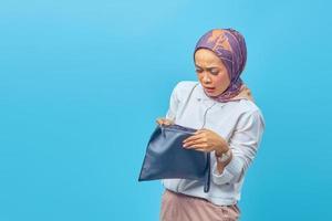 vrouw geschokt uitdrukking zien van de inhoud van haar portemonnee foto