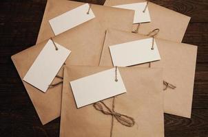 notitie van een papier op een kaart van een envelop van kraftpapier op een houten tafel foto