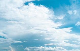 kopieer ruimte minimaal concept van zomer blauwe lucht en witte wolk. foto