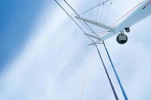 uitzicht vanaf een zeilbootmast onder de blauwe lucht foto