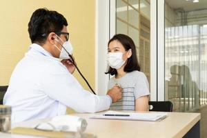 arts die patiënt een check-up geeft met maskers op foto