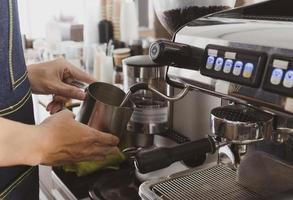 barista met koffiezetapparaat foto