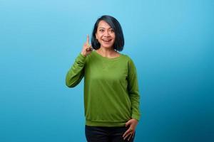 portret van een gelukkige aziatische vrouw die naar de camera kijkt en een idee heeft? foto