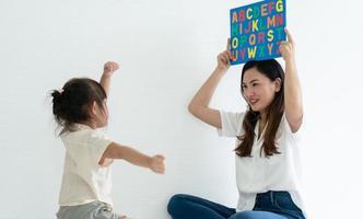 moeder en kind spelen met een puzzel foto