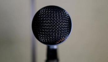 close-up van microfoon in studio met onscherpe achtergrond foto