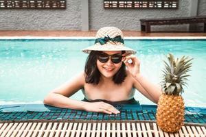 vrouw in zwembroek is ontspannen in het zwembad foto