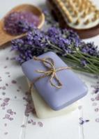natuurlijke kruidencosmetica met lavendelbloemen foto