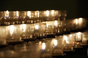 kaarsen aangestoken in de kerk foto