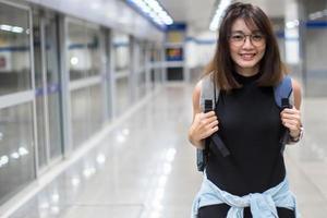 aziatische vrouwen reizen met de metro in thailand. foto
