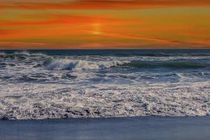 zeegezicht met een mooie roze zonsondergang. foto