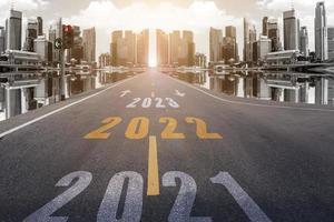 2022-nummers op straat die naar de wolkenkrabbers van de stad leiden. foto