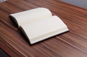 het boek ligt op de balie. foto