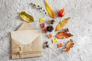 bovenaanzicht van lay-out met woord herfst, envelop foto