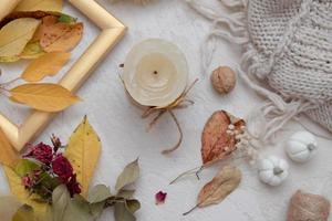 herfst vintage stilleven bovenaanzicht met gevallen bladeren, droge roos, foto