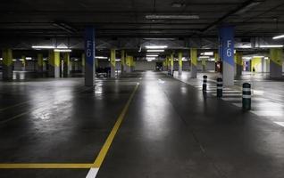 interieur van ondergrondse parkeergarage foto