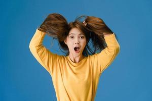 jonge dame voelt geluk vreugdevolle verrassing funky op blauwe achtergrond. foto