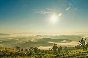 landschap van de berg met wolken en mist, de mist op de berg. foto