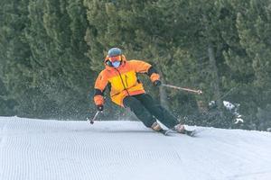 skiër in de bergen op een zonnige dag in grandvalira. foto