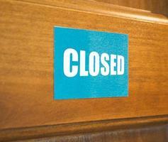 gesloten bordje op de deur foto