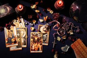 tafel met occulte attributen, bovenaanzicht. foto