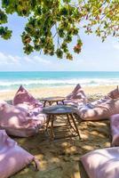 zitzak op strand met oceaan zee achtergrond foto