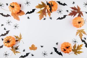 produceren pompoenen, herfstbladeren op houten tafel foto