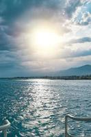zonnige dag op zee foto