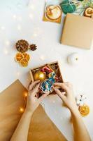 kerstcadeaudoos met schattig souvenir gemaakt van polymeerklei foto
