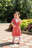 schattig Aziatisch babymeisje dat in het park danst foto
