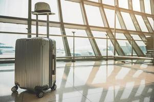 trolleybagage beschikbaar op een grote luchthaven foto
