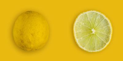 schijfje citroen en limoen en verse citrusvruchten op gele achtergrond. foto