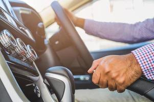 close-up hand push-up auto handrem. veiligheidsaandrijfconcept. foto