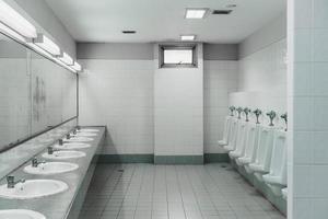 openbaar toilet en badkamer interieur met wastafel en toiletruimte. foto