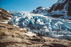 landschap op bergen en gletsjer svartisen landschap in noorwegen foto